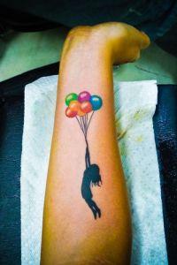 Mujer volando en globos