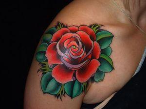 Flor Rosa Roja con Hojas Verdes