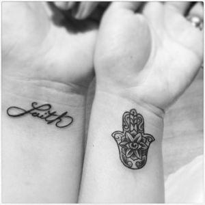 Mano de Hamsa y Frase: Faith