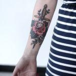 Flor atravesada por Espada by Alice Carrier