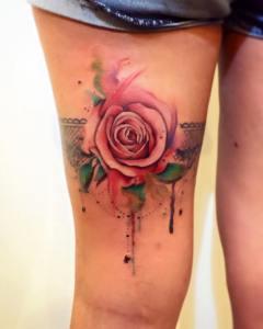 Liga con Rosa estilo Acuarelas por Borà Tattoo Studio