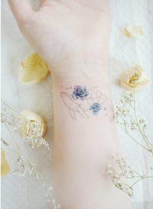 Ballena navegando en flores