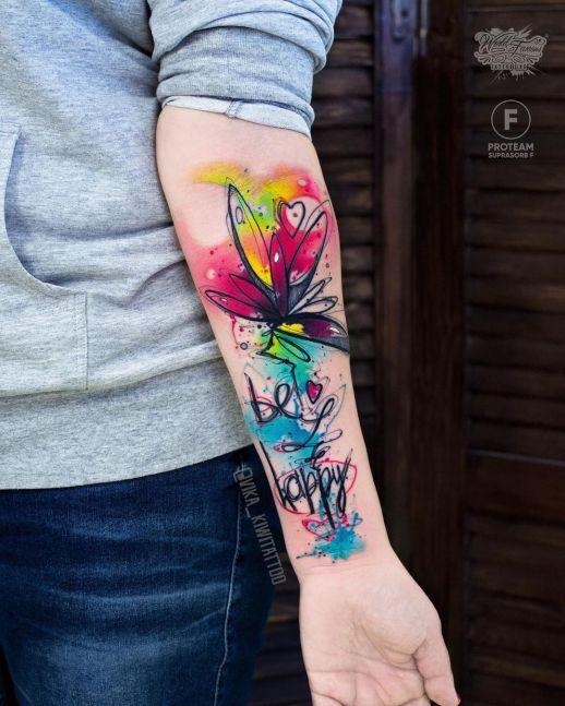Frase: Be happy y flor por Вика Kiwi Tattoo