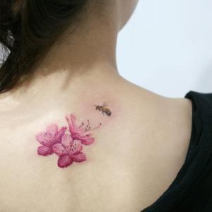 Flores de cerezo y abeja por Tattooist Doy