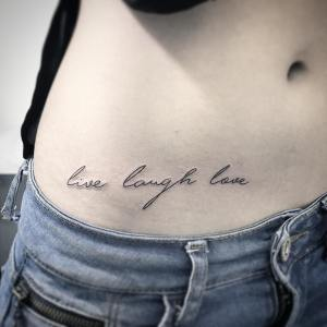 Frase: Live, Laugh, Love por Wilker Jones