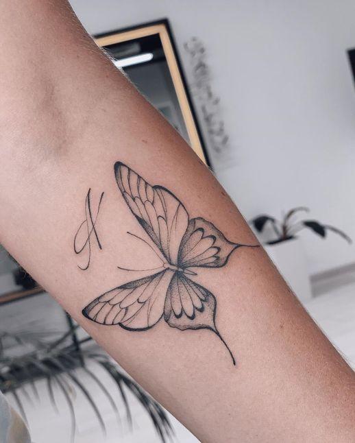 Mariposa e Inicial por Darylis Tattoo