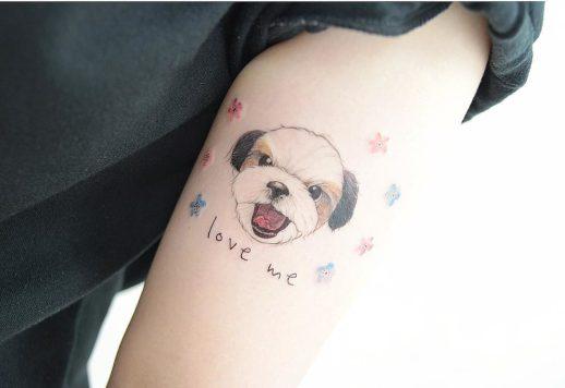 Frase: Love me y perro por 타투이스트 바늘