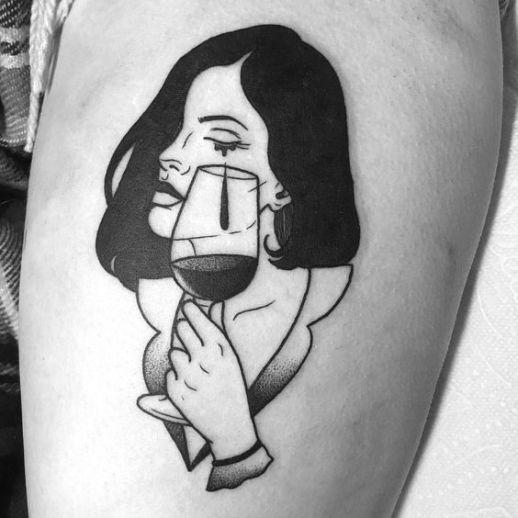 Mujer derramando una lágrima dentro de la copa de vino
