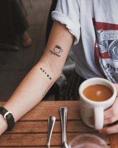 Taza de café y frase: Mornin