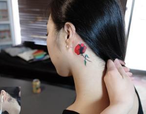 Flor de amapola por Zihee Tattoo
