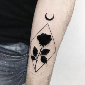 Rosa negra iluminada por la luna