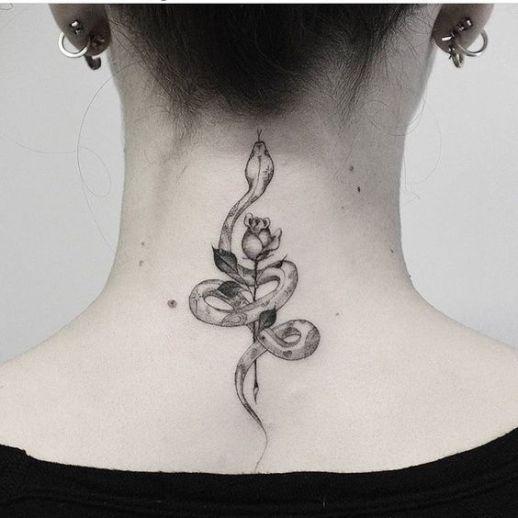 Serpiente enroscada a una rosa