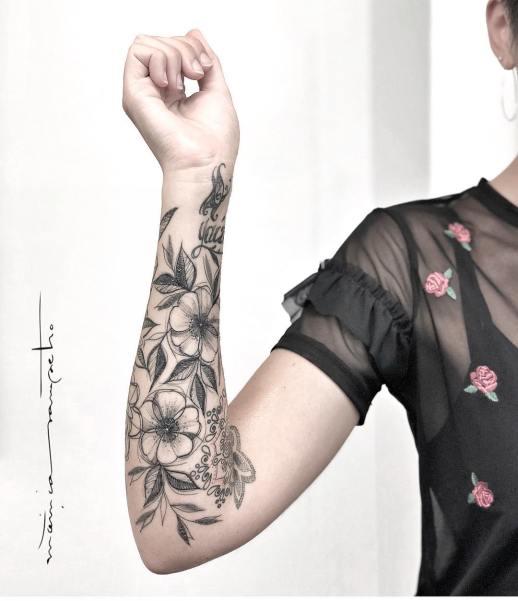 Flores media manga por Mònica Sampietro