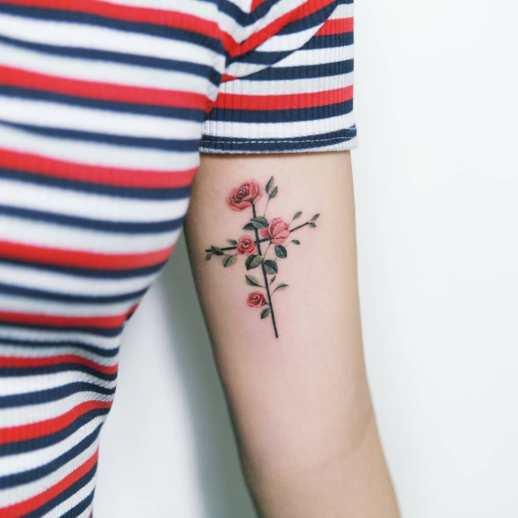 Cruz florecida por Tattooist Sion