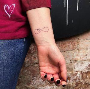 Signo Infinito y Frase: Love por Risha Tattoo