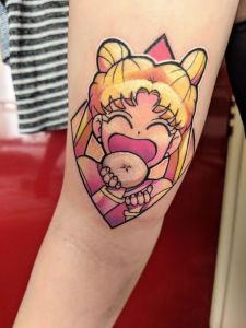 Sailor Moon comiendo una dona