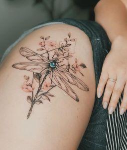 Libélula y flores por Valery Tattoo