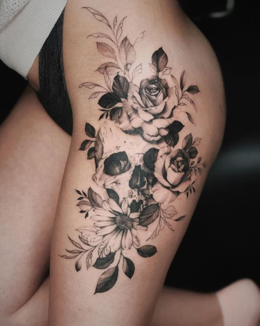 Calavera y flores rosas negra por Valery Tattoo