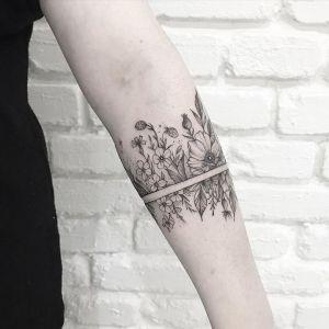 Brazalete con lazo y flores por Terryemi Tattoo