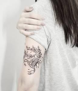 Escorpión y flores, Signo del Zodíaco: Escorpio por Terryemi Tattoo