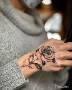 Flor rosa por Steve Savard, Chik Tattoo