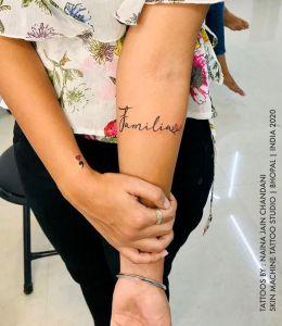 Frase: Familia por Skin Machine Tattoo Studio, Naina Jain Chandani