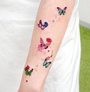 Mariposas de colores revoloteando por Studio by Sol, Song E. Tattoo