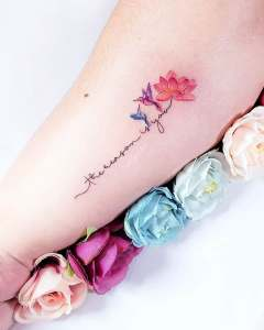 Frase: The reason is you con Colibríes y Flor de Loto por Alynana Tattoos