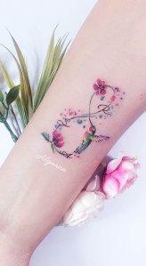 Signo Infinito, Flores, Colibrí e iniciales por Alynana Tattoos