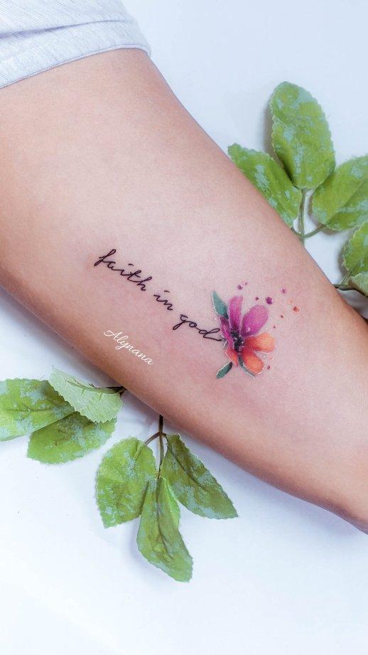 Frase: Faith in God por Alynana Tattoos