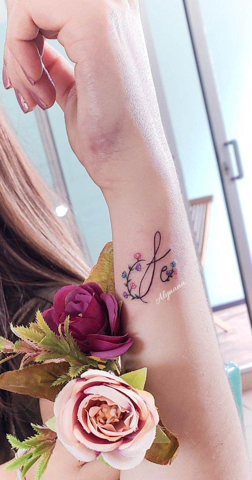 Frase: Fe con florecillas por Alynana Tattoos