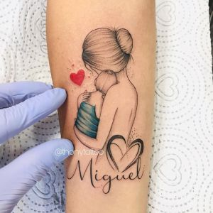 Madre abrazando a su hijo Miguel por Thony Tattoo