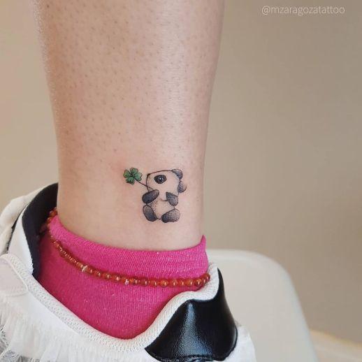 Oso panda con trébol en la boca por Mariana Zaragoza
