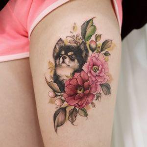 Perro asomado entre flores por Chaewha Tattoo