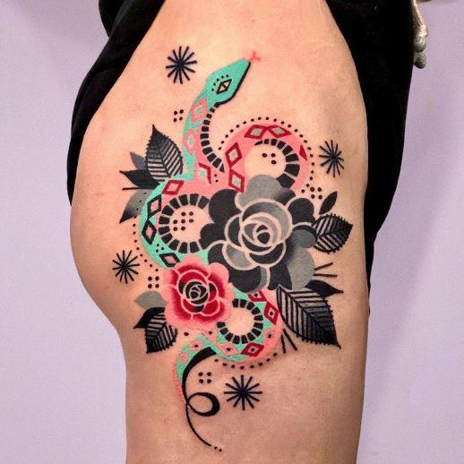 Serpiente enroscada en flores por Hen Tattooer