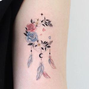 Atrapasueños formado de flores y plumas por Tattooist Dal