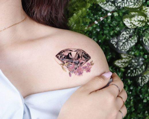 Diamante con florecillas por Peria Tattoo