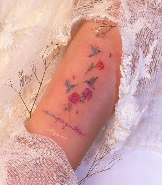 Frase: Siempre Juntas, Colibríes y Flores por Alynana Tattoos