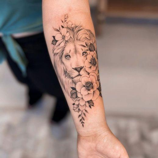 León asomado entre flores por Milton Reis