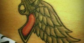 tatuaje pistola y alas