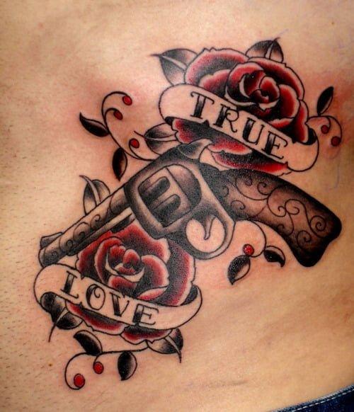 tatuaje pistolas y rosas