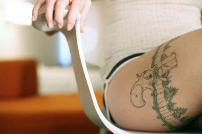 tattoo de pistola para mujer