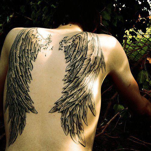 Tatuaje De Alas En La Espalda De Un Hombre