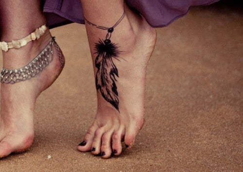 Tatuaje En El Pie De Una Pluma