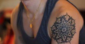 tatuaje flor hombro
