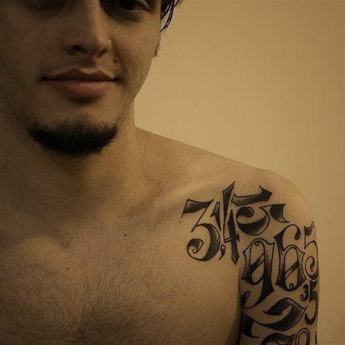 tatuaje pi hombro