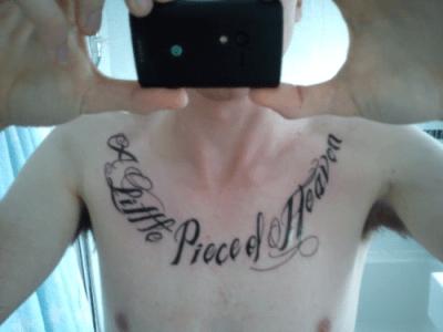 tatuaje frase en el pecho