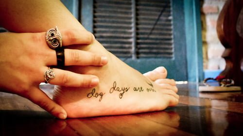Tatuaje En El Pie Con La Frase Dog Days