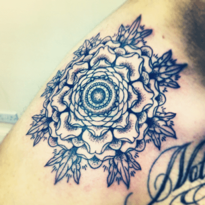 Tattoo de flor en el hombro