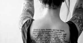 tatuaje de frase en la espalda